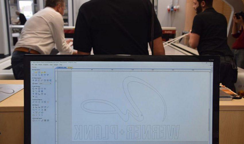 Am PC werden die Grafiken für die Lichtwerbeanlagen von Werner + Plank angefertigt. Sie werden hauptsächlich aus den Materialien Acryl und Metall angefertigt. Foto: Trotec